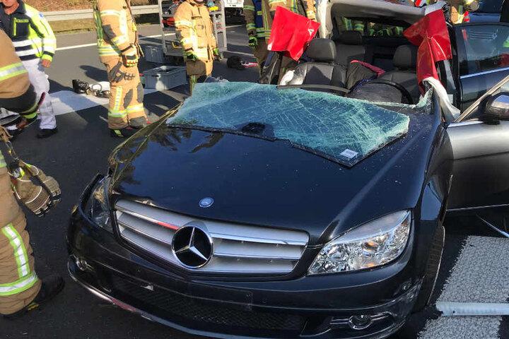 Die Rettungskräfte mussten eine Frau mit schwerem Gerät aus dem Wrack des Mercedes schneiden.