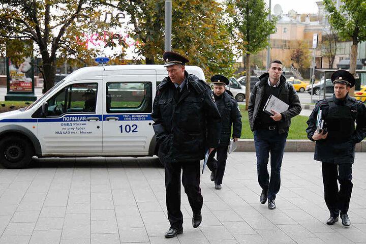 """Polizisten auf dem Weg zur Radiostation des Senders Echo Moskvy (""""Echo von Moskau"""")."""