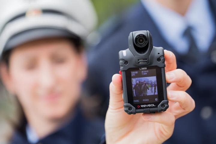 Die nordrhein-westfälische Polizei führt flächendeckend Bodycams ein, kleine Kameras, die im Brust- oder Schulterbereich an der Uniform befestigt sind.