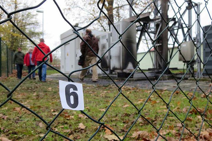 Beamte des polizeilichen Terrorismus- und Extremismus-Abwehrzentrums inspizieren den Tatort.