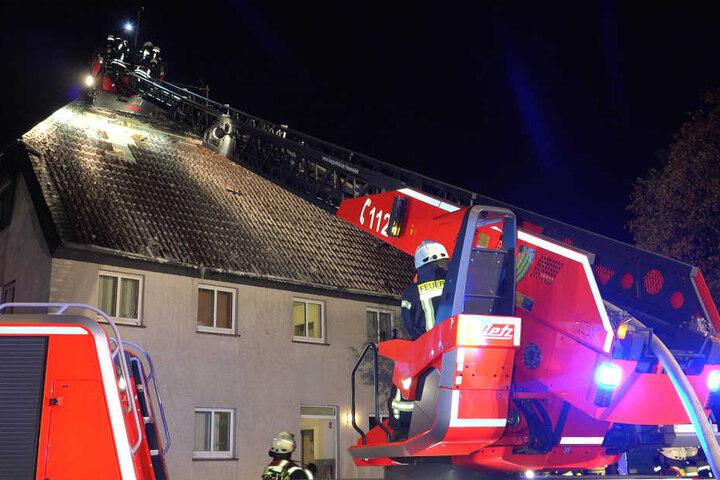 Die Feuerwehr löschte den Brand in der Asylunterkunft in Langenfeld.