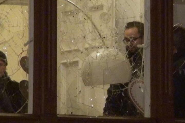 Justizminister Sebastian Gemkow hinter der eingeschlagenen Scheibe.