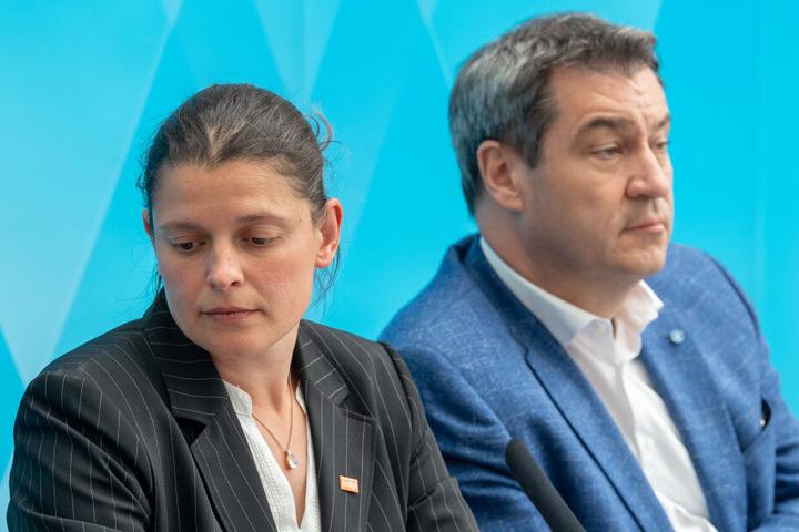 """Agnes Becker (ÖDP), Landesbeauftragte des Volksbegehrens """"Rettet die Bienen"""" sitzt mit Ministerpräsident Markus Söder (CSU) an einem Tisch."""