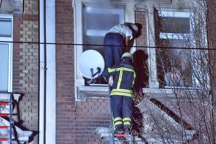 Teils barfuß retteten sich die Menschen aus dem Haus.