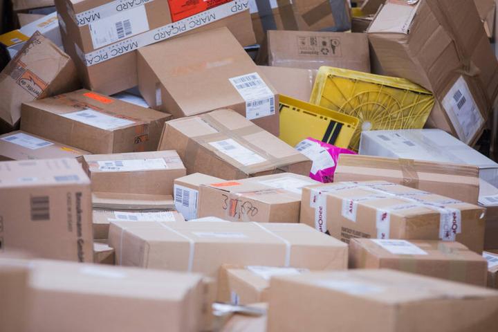 Die mutmaßlichen Täter öffneten mehrere Pakete und klauten den Inhalt. (Symbolbild)
