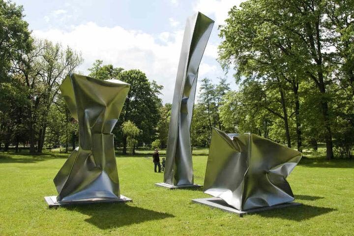 """Das Bild zeigt die Skulpturen """"Three Equal Volumes"""" des Künstlers Ewerdt Hilgemann in Bad Homburg."""