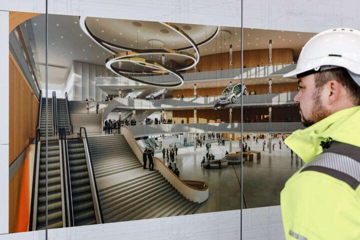 Bauleiter Maik Hauer betrachtet eine Illustration des neu erbaute Foyers des CCH.