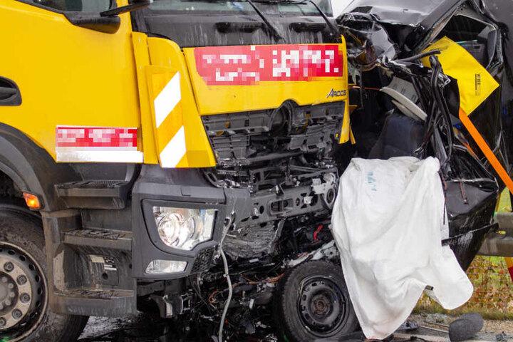 Ein Müllfahrzeug und ein Auto sind auf der Staatsstraße 2335 in Bayern frontal kollidiert.