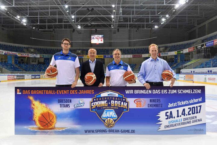 Titans-Kapitän Walter Simon, Dresdens Sportbürgermeister Dr. Peter Lames, Titans-Geschäftsführer Peter Krautwald und Niners-Präsident Martin Schuster posieren mit der Werbebande für das Spring Break Game.