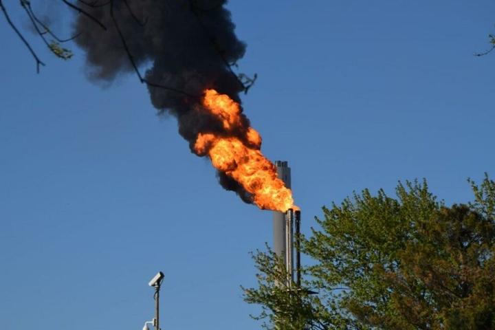 Durch die Aktivität einer Hochfackel bei Shell steigen am Freitagabend schwarze Rauchschwaden auf.