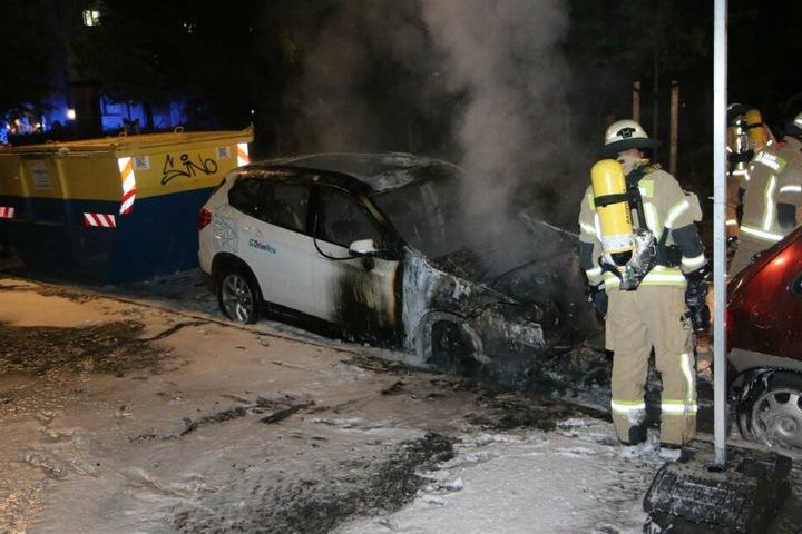Die Feuerwehr bei Löscharbeiten in Neukölln.