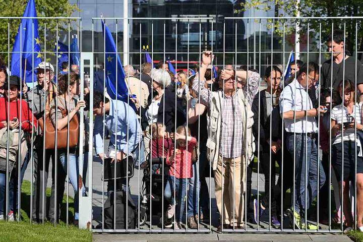 Vor dem Kanzleramt warteten viele Europabefürworter, um Macron willkommen zu heißen.
