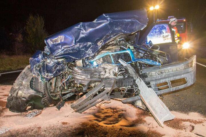 Der BMW wurde bei dem Unfall vollkommen demoliert.