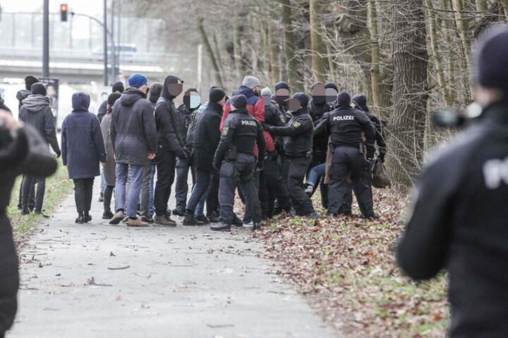 Die Polizei kontrolliert Personen am Heidefriedhof.