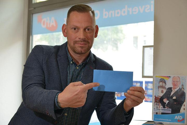 Lars Franke (43, AfD) steht für Fragen im Chemnitzer Wahlbüro zur Verfügung.