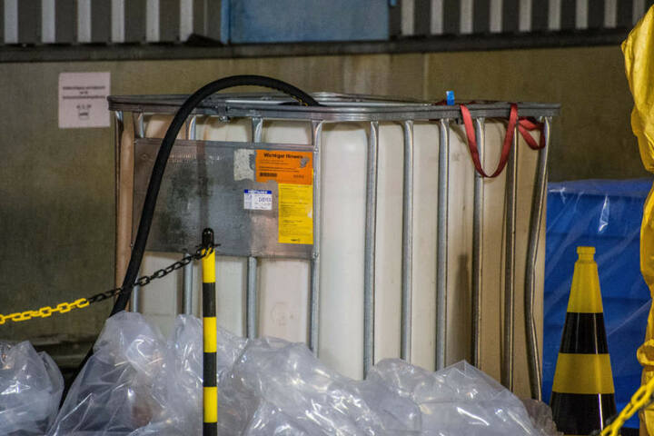 Die Säure musste durch die Feuerwehr in einen Ersatzbehälter umgepumpt werden.
