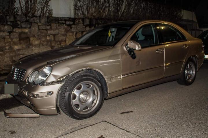 Ein Mercedes, den der Lkw schrammte.