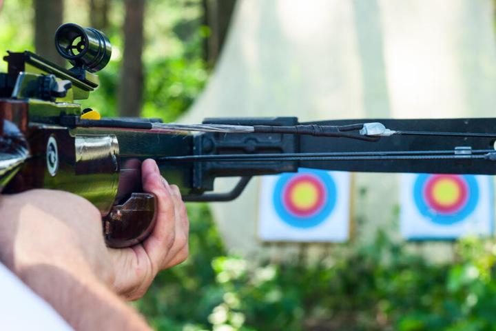 Ein 20-Jähriger hatte im Garten seines Onkel das Schießen mit der Armbrust geübt. (Symbolbild)