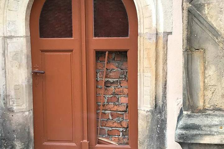 Diese Holztür zertrümmerte der Wüterich bei seinem Anfall.