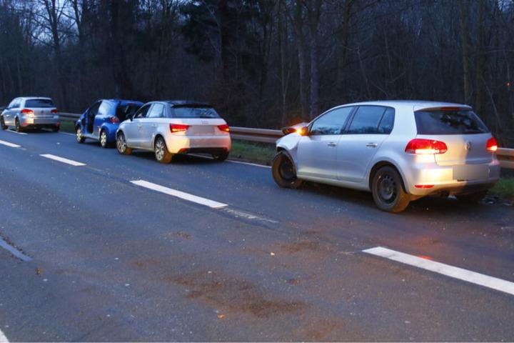 Vier der fünf beteiligten Fahrzeuge im Bild.