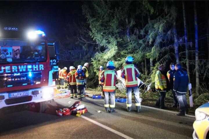 Einsatzkräfte in der vergangenen Nacht an der Unfallstelle.