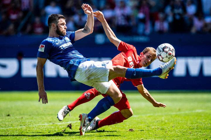 Niklas Hauptmann (22, r.) durfte am 1. Spieltag in Bochum (4. August) ran, saß danach aber meistens nur auf der Bank.