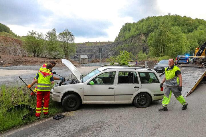 Einsatzkräfte räumten nach dem Unfall die Straße.