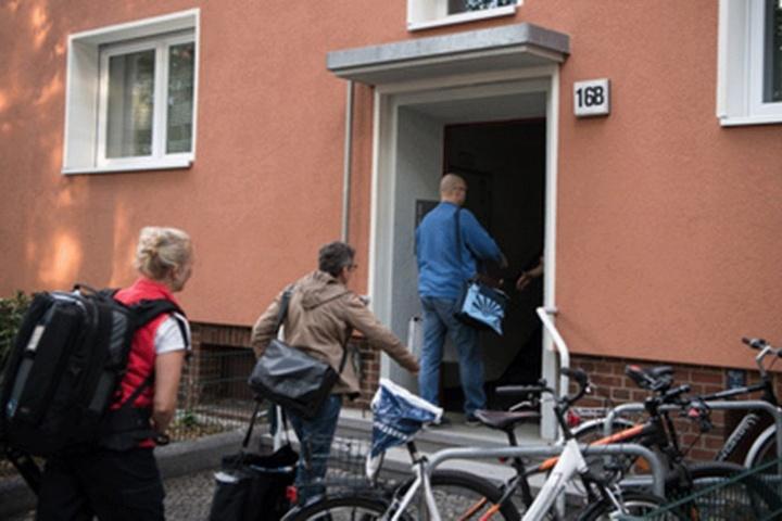 Ermittler gehen in das Haus in Zehlendorf, in dem Gerwald Claus-Brunner starb.