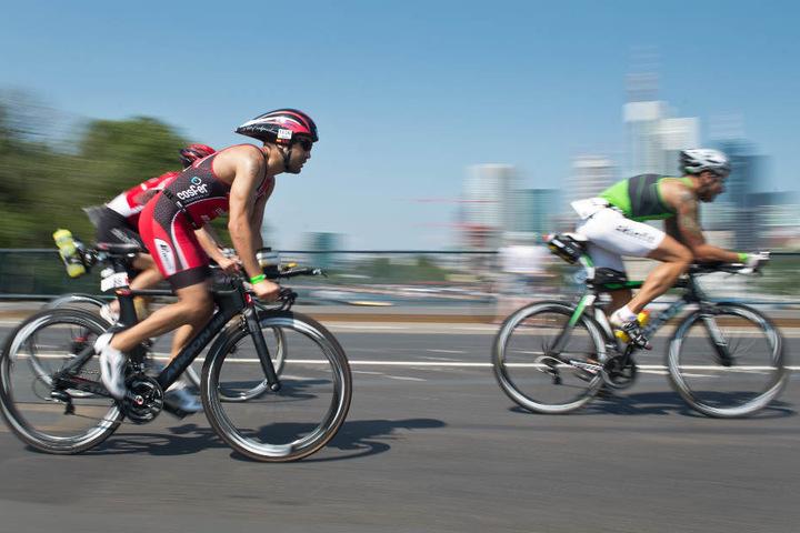 Neben dem Schwimmen und Laufen müssen Triathleten auch 40 Kilometer per Rad bewältigen.