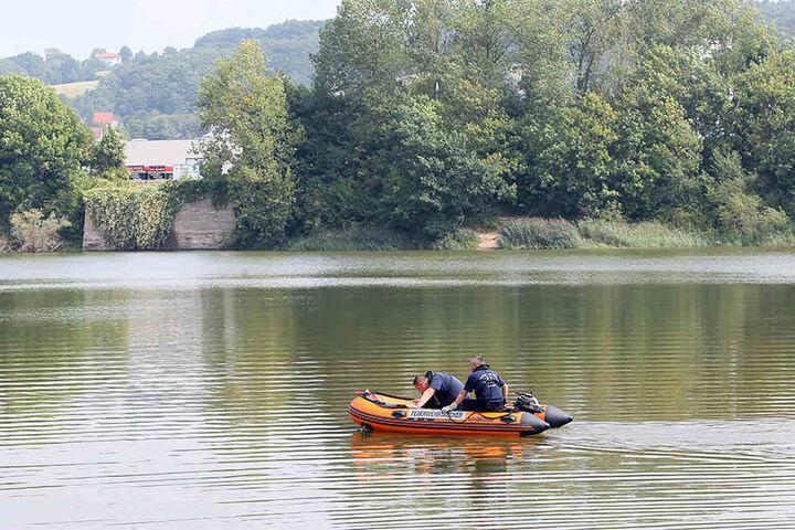Mit einem Boot wurde der Teich abgesucht.