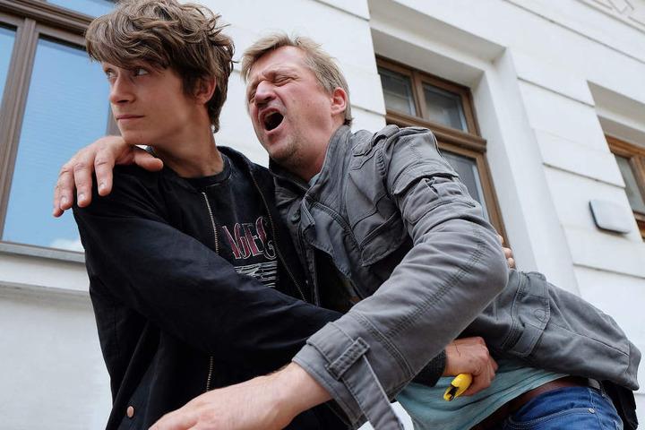 Ralf Keller (Patrick von Blume, re.) ist Polizist und hat Feierabend, als ein junger Mann (Tamino Haberland, li.) einen Laden überfällt. Als Keller ihn stellen will sticht der Täter mit einem Teppichmesser zu.