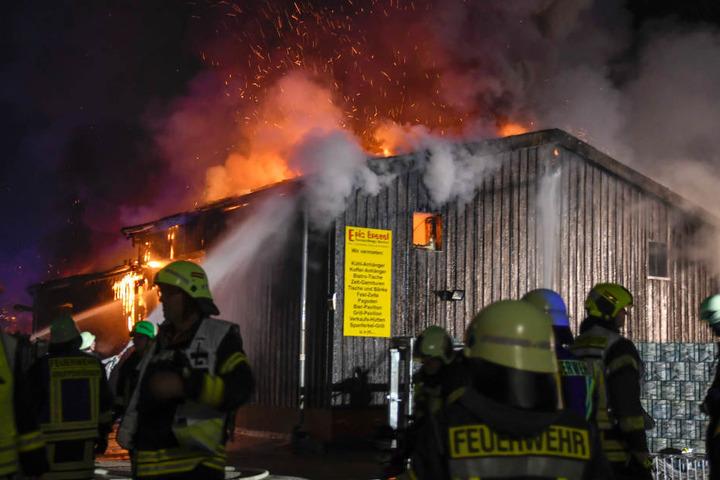 Die Feuerwehrmänner bekämpften den Brand von mehreren Seiten aus.