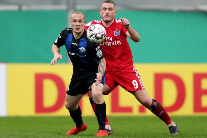 Kyriakos Papadopoulos (rechts) vom HSV kämpft mit dem Paderborner Sven Michel um den Ball.