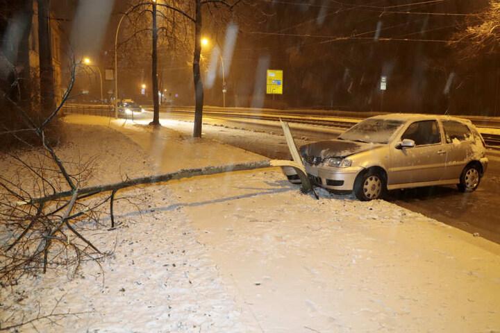 In Chemnitz auf der Annaberger Straße krachte ein VW gegen einen Baum.