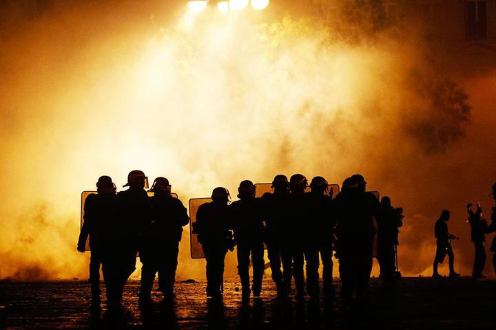 Die Demonstrationen sind wichtiger: Die für die Spiele vorgesehenen Polizisten werden laut der französischen Nachrichtenagentur AFP bei den Demos eingesetzt, weshalb die Fußball-Partien abgesagt werden müssen.