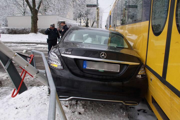 Der Benz wurde zwischen Geländer und Straßenbahn eingeklemmt.