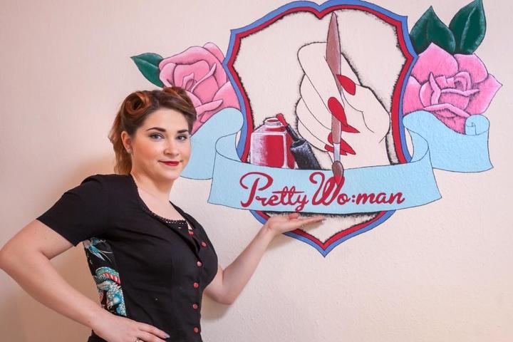 """Bei dreht sich alles um die 50er: Franziska Illig-Böttger (27) stylt in ihrem  Laden """"Pretty Wo:man"""" mach dem Vorbild der 50er Jahre."""