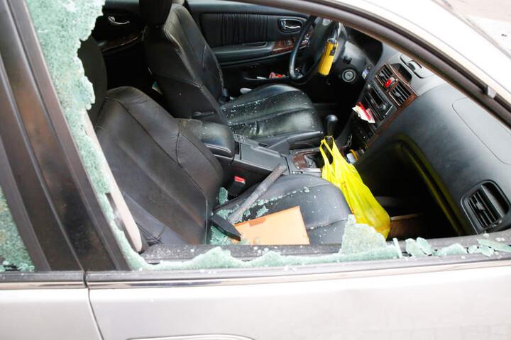Einer der Männer nahm einen Hammer und zertrümmerte zwei Scheiben des Nissan.