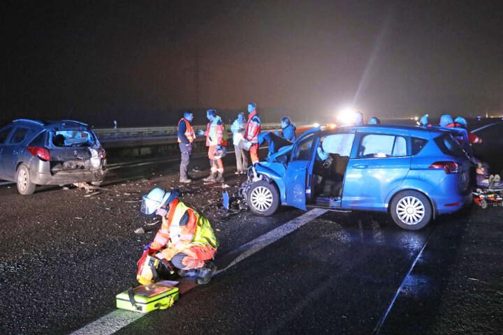 Der Unfallhergang ist nur zu erahnen. Die Einsatzkräfte kümmern sich um die Schäden.