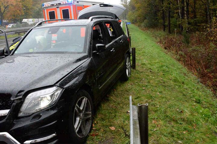Nachdem die Leitplanke abmontiert war, konnte der verletzte Fahrer aus seinem Fahrzeug geholt werden.