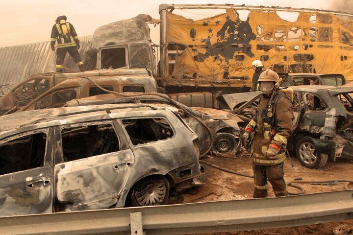 Feuerwehrleute sind auf der Autobahn A19 bei Rostock nach einem Sandsturm im Einsatz.