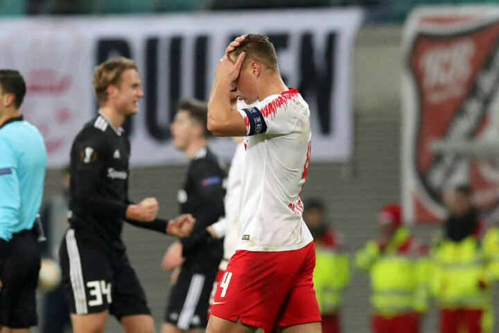 Kapitän Willi Orban greift sich ungläubig an den Kopf. Der Alptraum ist wahr geworden: Salzburg gewann in Glasgow, Leipzig spielte hingegen nur Remis gegen Trondheim.