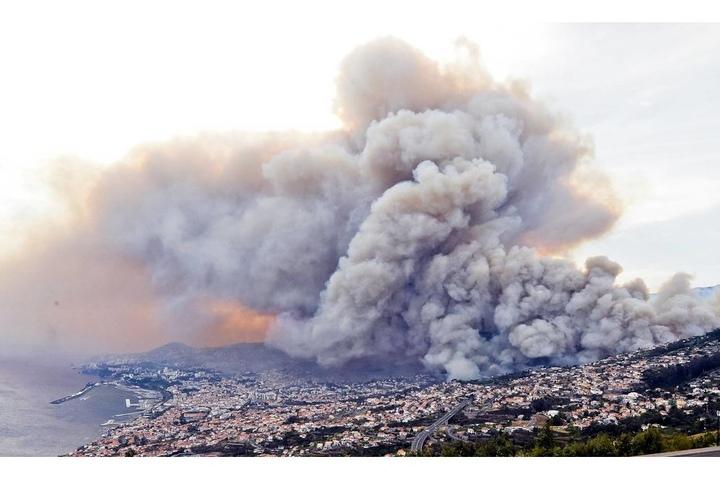Über Madeiras Hauptstadt Funchal hängt eine riesige Rauchwolke.