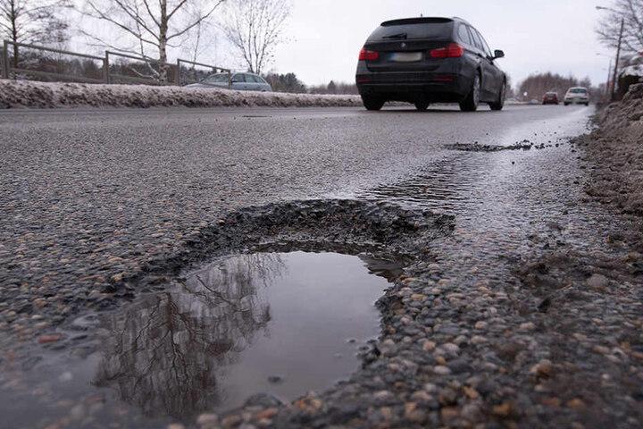 Schlaglöcher am Südring: Bald soll die Stadt kleine Reparaturen selbst übernehmen.