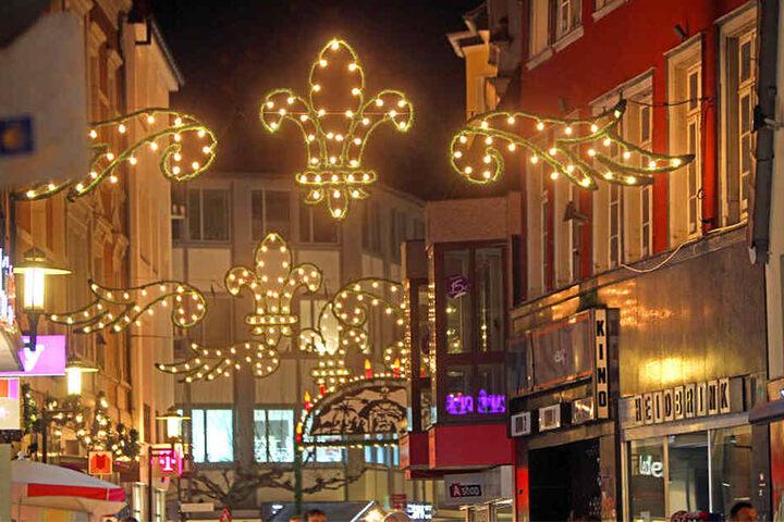 Die Höckerstraße strahlte wie alle anderen Straßen in der Innenstadt hell.