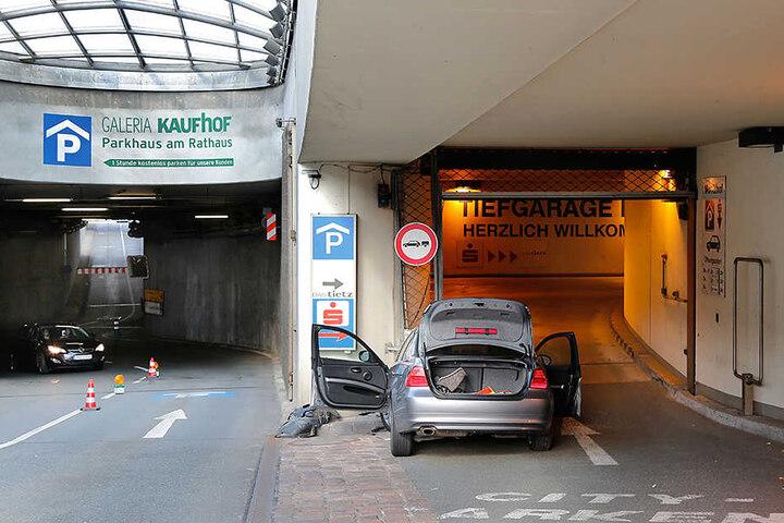 Der BMW prallte erst gegen eine Betonwand, bevor er gegen ein Rolltor krachte.