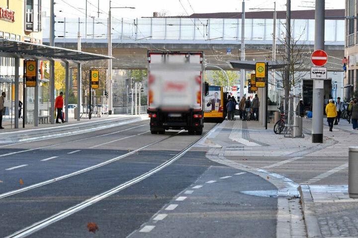 Eigentlich ist der Boulevard an der Kesselsdorfer autofrei. Teilweise sind dennoch Autos im Haltestellenbereich unterwegs.
