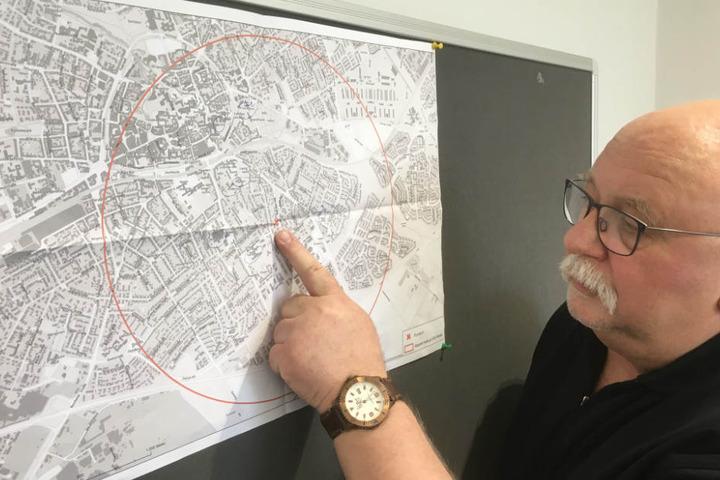 Udo Olschewski erläutert den Fundort der Großladungsbombe.