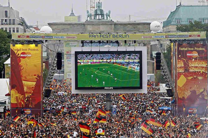 Müssen sich Fußball-Fans beim Public Viewing an einen neuen Nationalhymnen-Text gewöhnen?