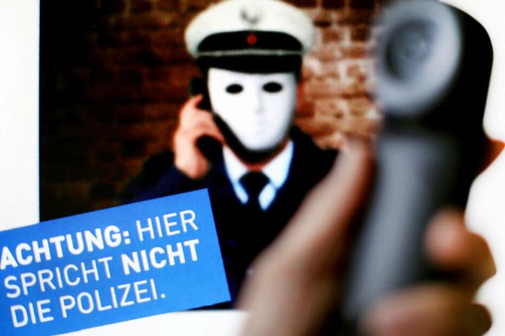 Die Polizei warnt immer wieder vor Betrügern, die sich am Telefon als Polizisten ausgeben. (Symbolbild)